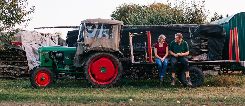 Herr und Frau Weiss auf einem Traktor
