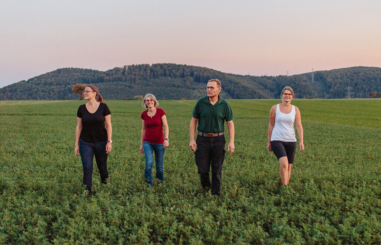 Familie Weiss läuft auf dem Feld