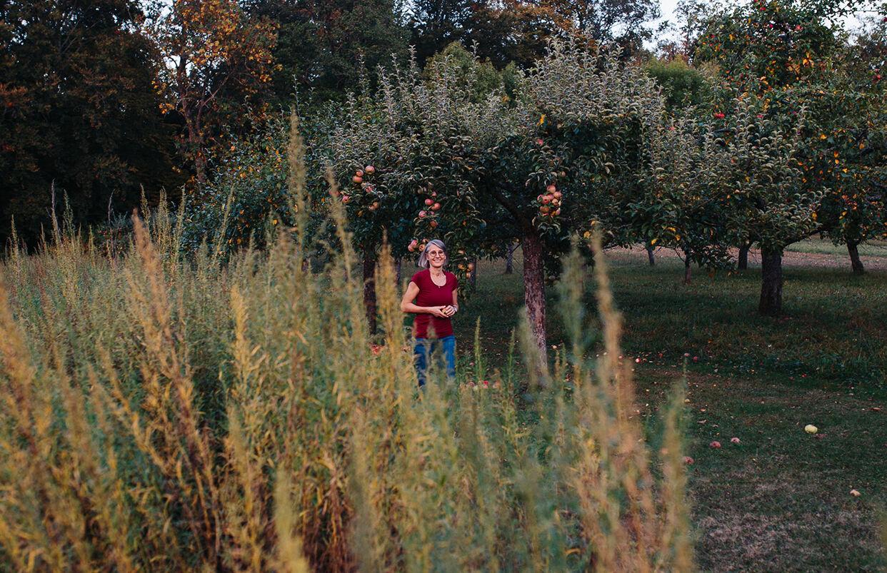 Frau Weiss auf neben dem Kräuterfeld